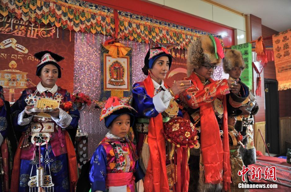 """实拍香格里拉藏族""""80后""""的传统婚礼"""